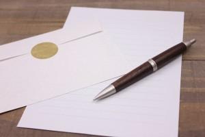 手紙と封筒とペンの写真