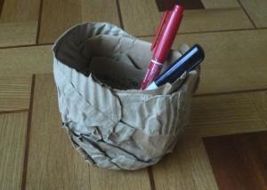 ダンボールで作ったペン立ての写真