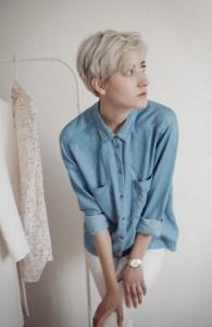 コットンシャツを着た女性の写真
