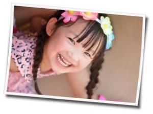 笑顔でカメラを見る女の子の写真
