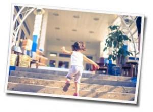 階段を駆け上がる女の子の写真