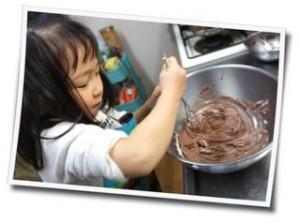 お菓子作りをする子供の写真