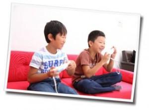ゲームで遊ぶ子供の写真