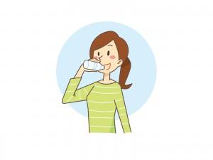 美味しそうに水を飲んでる女性のイラスト